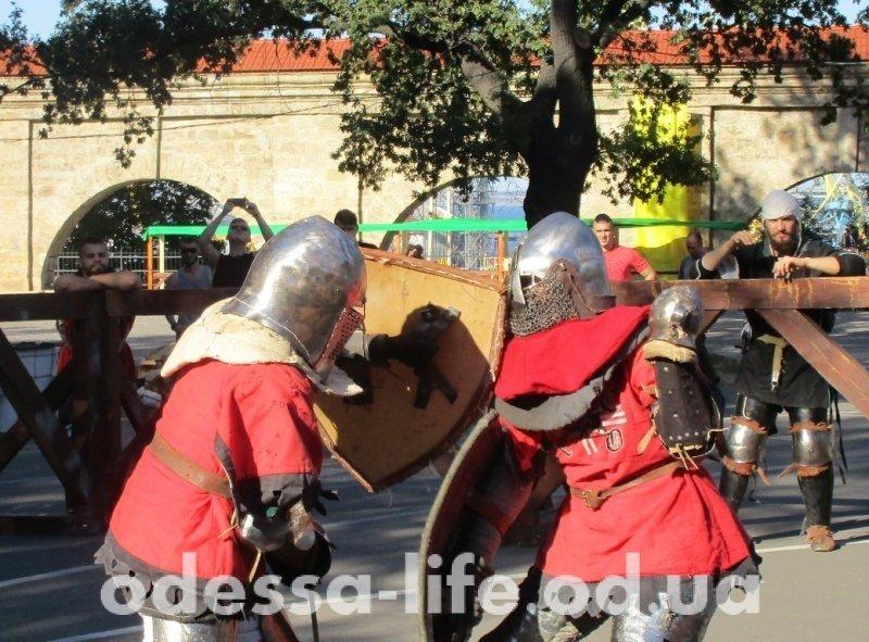 В Одессе на ристалище сражаются рыцари и… дамы (ФОТО)