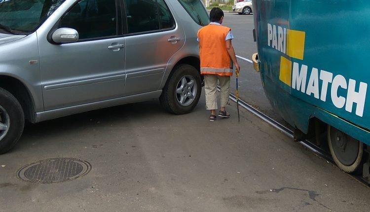 Гений парковки парализовал движение трамваев в Одессе (ФОТО)