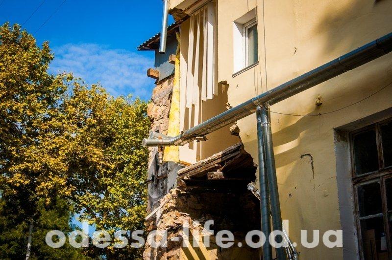 Снос развалин стал причиной обрушения стены на улице Жуковского (ФОТО)