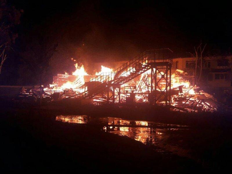 """Пожар в детском лагере """"Виктория"""": погибло двое детей, сгорел деревянный корпус (ФОТО)"""