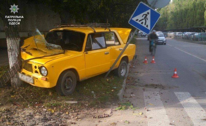 Водитель «Жигулей» влетел в дерево в Одессе: пострадали люди (ФОТО)