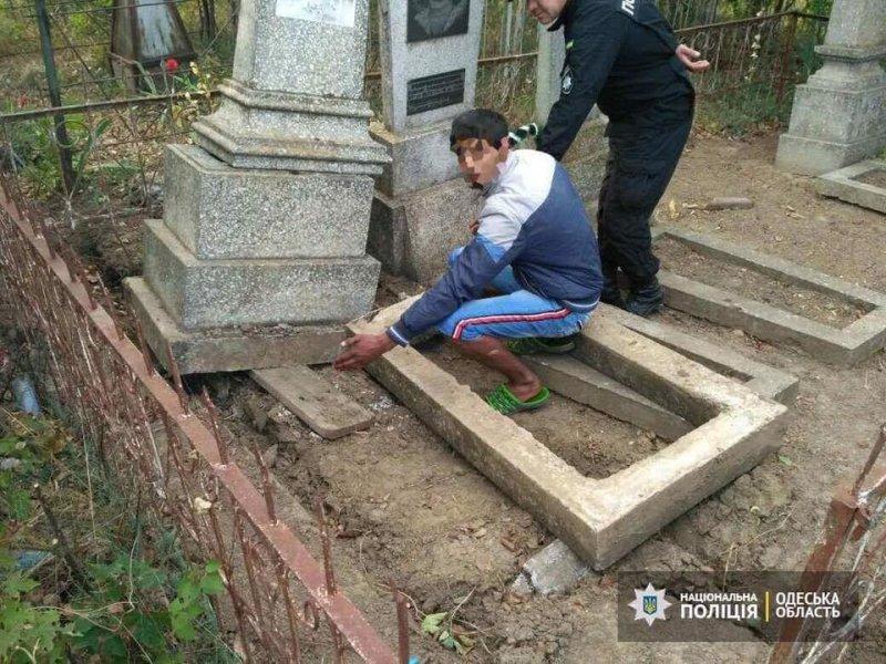 На юге Одесской области пойманы осквернители могил (ФОТО)