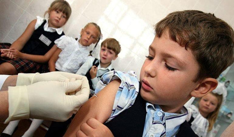 Можно ли попасть в школу или детский сад без прививки от кори?