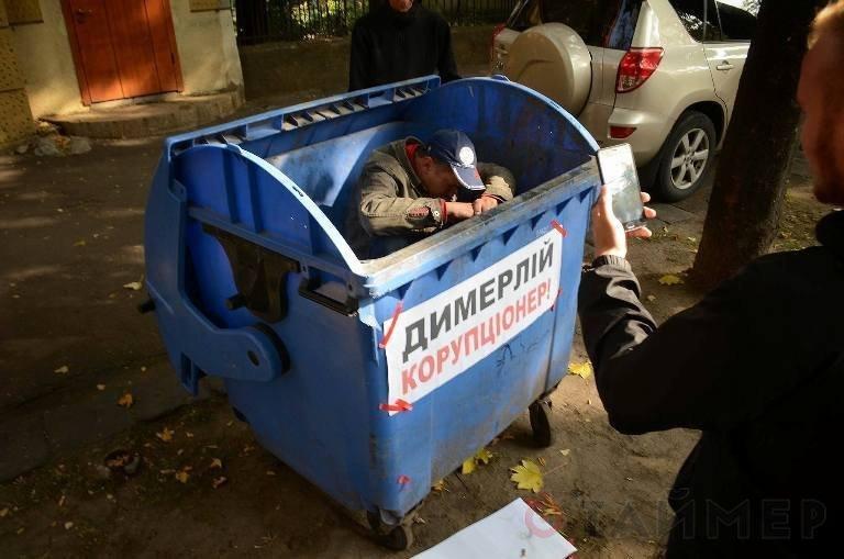 Над одесскими бомжами поиздевались прямо перед зданием суда (ВИДЕО, ФОТО)