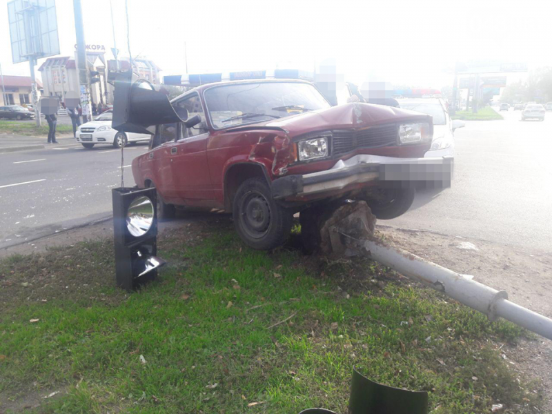 В Одессе столкнулись «Жигули» и «Тайота», а пострадал светофор (ФОТО, ВИДЕО)