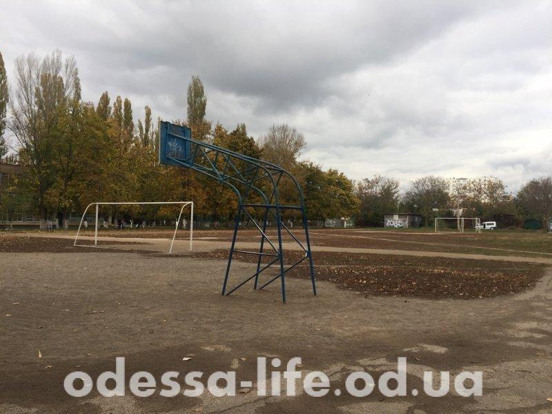 Жители одесского Таирова всем миром предлагают спасать стадион (ФОТО)