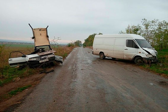 И снова в Одесской области ВАЗ в лобовую встретился с бусом (ФОТО)