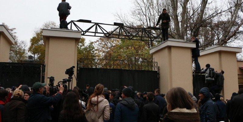 """Активисты продолжают """"бушевать"""" в Горсаду"""