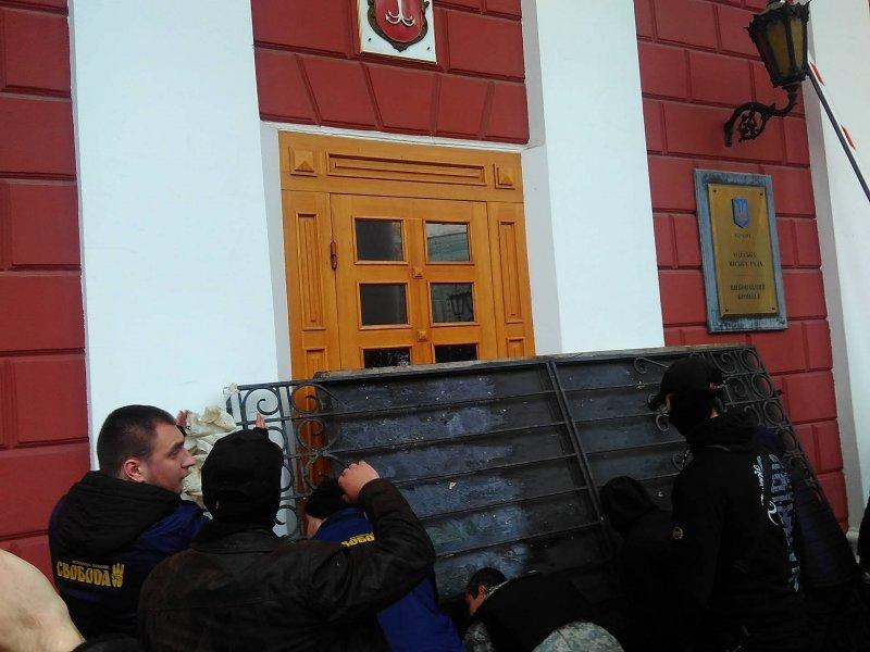 Конфликт начался в Горсаду а продолжился у мэрии (оперативный фоторепортаж) (ФОТО)