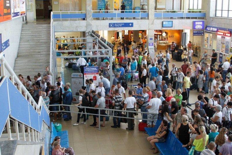 В Одесском аэропорту пассажиры на 2 часа «зависли» между самолётом и терминалом