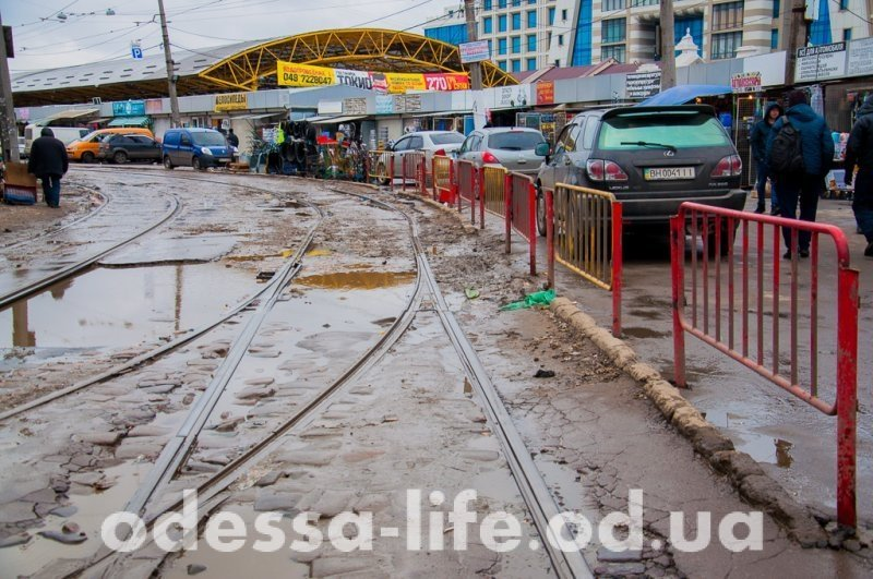 Зачем огородили трамвайные пути у Привоза? (ФОТО)