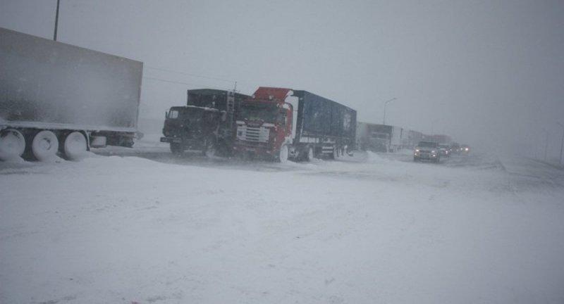Непогода практически заблокировала движение на трассе Одесса — Киев