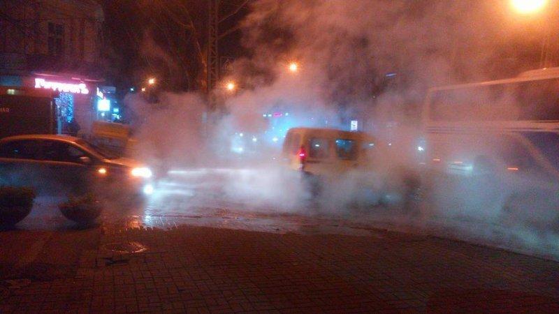 В центре Одессы забил горячий гейзер и лишил отопления горожан (ФОТО)