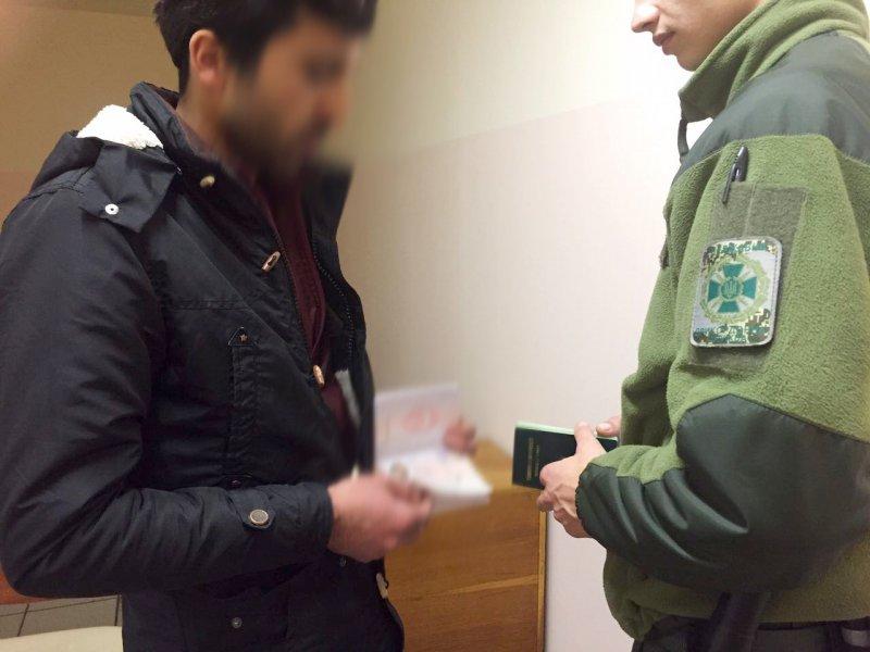 Гражданин Турции пытался попасть в Одессу по поддельным документам
