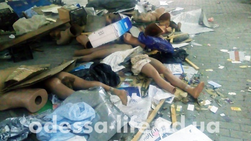 Массовая гибель манекенов возле одесского вокзала (ФОТО)