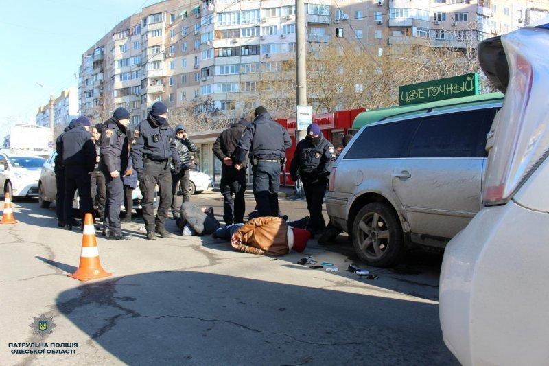При задержании преступник наехал на полицейского (ФОТО, ВИДЕО)