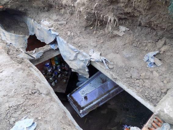Что искали осквернители могил в склепе (ФОТО)