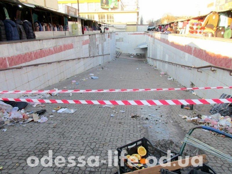 «Подземка» у Привоза: переход закрыли, мусор остался (ФОТО)
