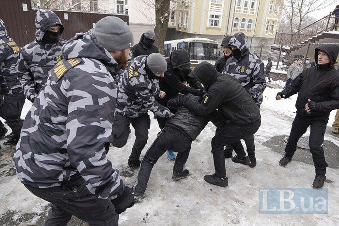 Под зданием суда, в котором рассматривают дело Труханова, произошла драка (ФОТО)