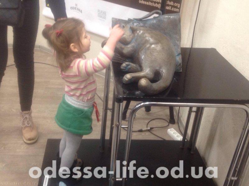 Во Всемирном клубе одесситов представили памятник коту Жванецкого (ФОТО)