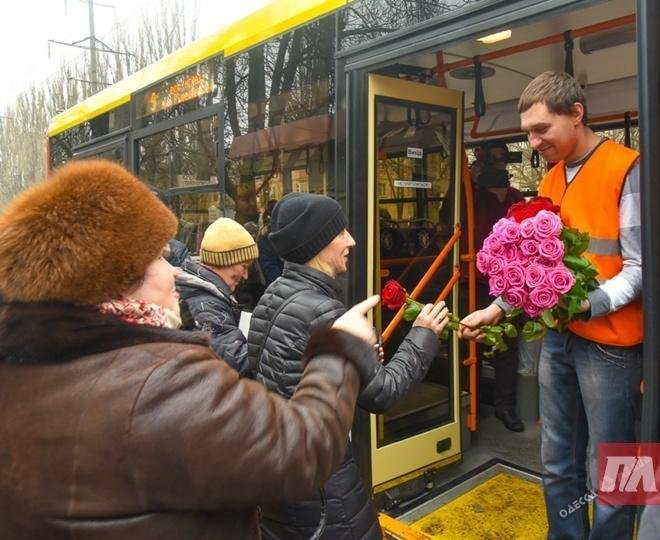 Одесситки обнимались, слушали концерт в троллейбусе и получали цветы от полицейских (ФОТО)