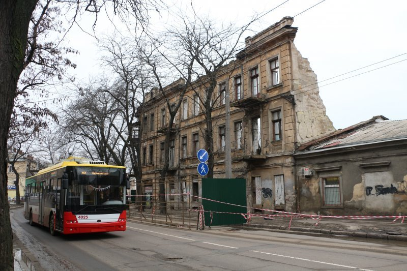 На улице Приморской начинают сносить «Генеральские» развалины