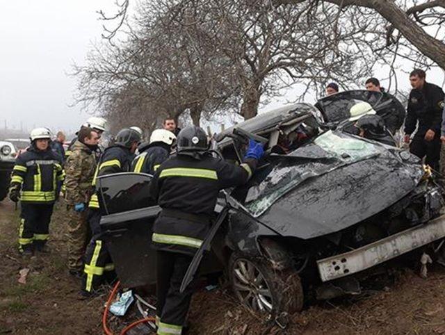 ДТП возле Черноморска: девушку-водителя не могут достать из авто (ФОТО)