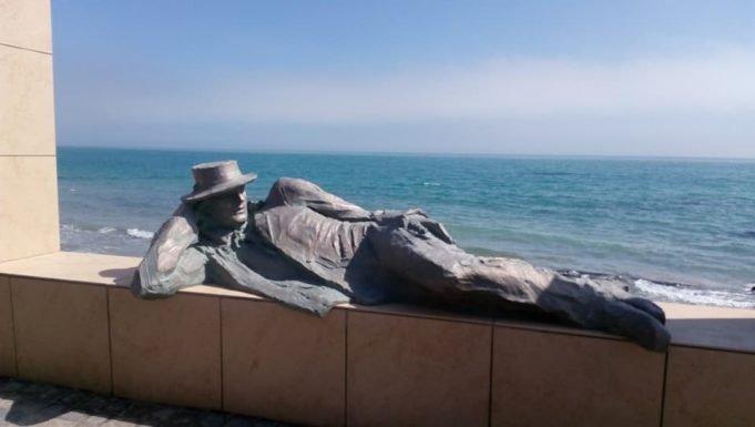 На городском пляже загорает бронзовый мечтатель (ФОТО)