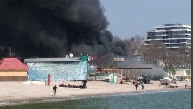 Крупный пожар: на пляже горит «Песок» (ФОТО)
