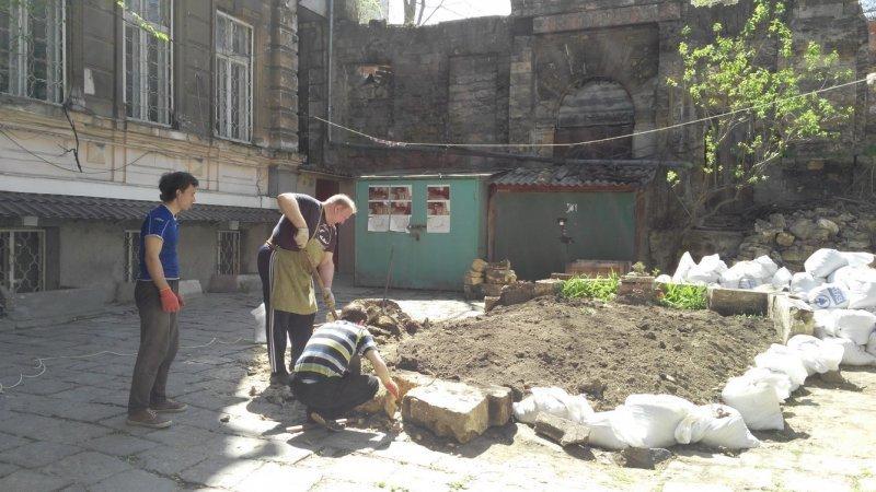 Сцена вместо клумбы — преображение одного из одесских дворов
