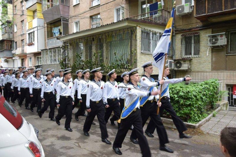 В Одессе ветеран принимал поздравления с балкона (ФОТО)