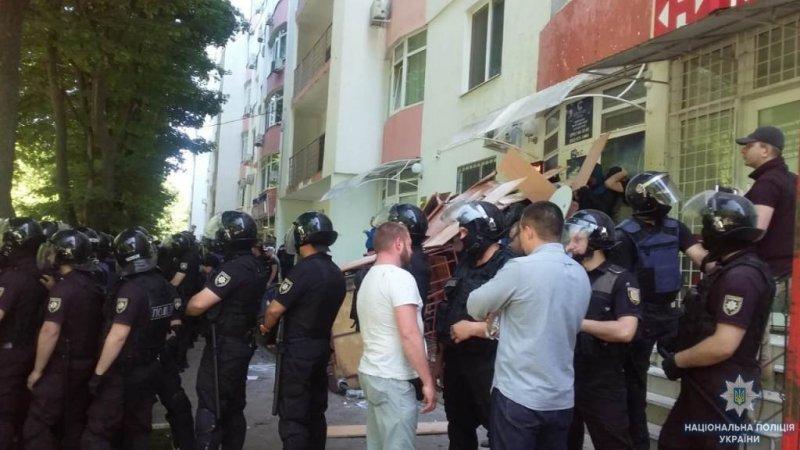 В Одессе офис бизнесмена забросали яйцами (ФОТО)
