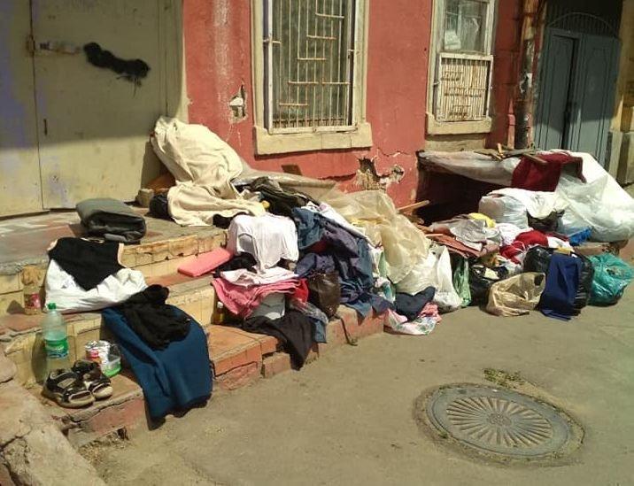 Соседи выгнали одесситку из ее же квартиры: женщина живет на улице (ФОТО)