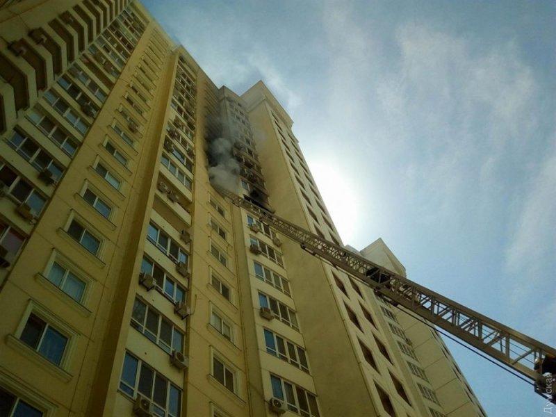 Одесские спасатели пытаются потушить пожар: горит квартира (ФОТО)