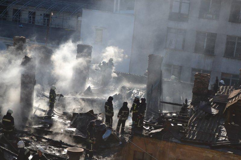 Более 80 спасателей тушили пожар в доме: есть жертвы (ФОТО, ВИДЕО)