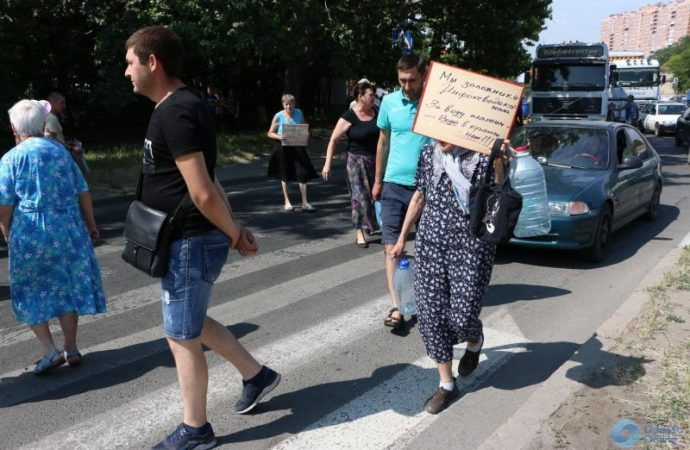 Нет воды — нет проезда: жильцы ряда квартир перекрыли часть Балковской (ФОТО)
