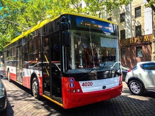 Несчастный случай с троллейбусом на Люстдорфовской дороге: травмирована женщина