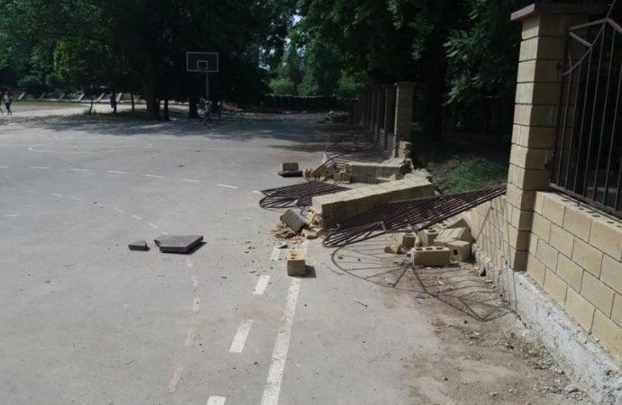 """Неизвестные в пятый раз разбили забор вокруг школы на Таирова, у мэра """"нет слов"""""""