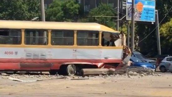 В Одессе трамвай начал двигаться в обратном направлении и врезался в столб (ФОТО, ВИДЕО)