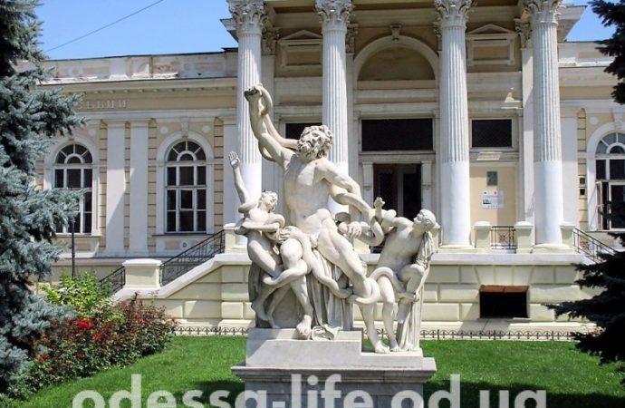 Как одесские памятники прописку меняли