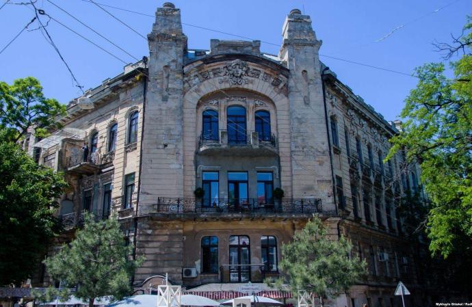 На фасадах 22-х старинных зданий в Одессе укрепят лепнину и карнизы