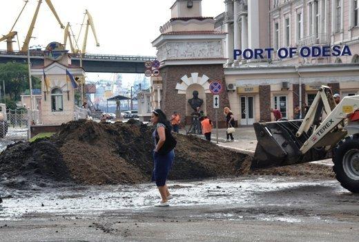 Ночной ливень смыл кучи мусора и грязи на Таможенную площадь (ФОТО, ВИДЕО)
