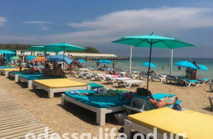 На каких пляжах в Одессе искать символ качества — «Голубой флаг»?