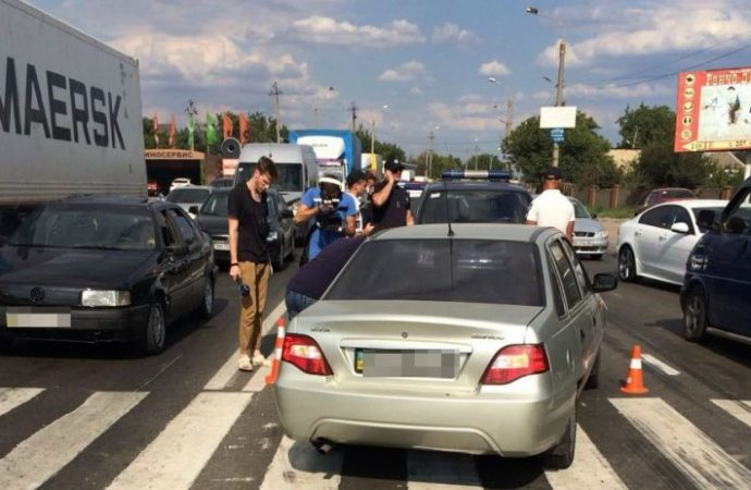 Водитель иномарки пытался проехать через людей, перекрывших дорогу в Усатово
