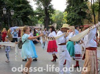 Народный обряд по изгнанию лиха из Одессы провели в Горсаду