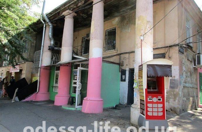 Колонны исторического здания на Торговой покрасили в цвета куклы Барби (ФОТО)