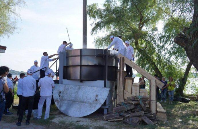 Рекорд Украины: в Вилково сварили 5 тонн ухи в одном котле (ФОТО)