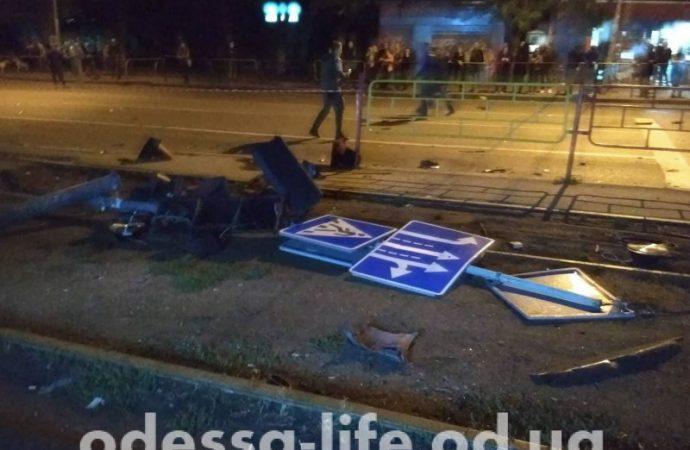 Иномарка сбила нескольких человек на остановке 6-й станции Фонтана