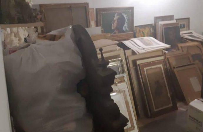 Старинные иконы, картины и монеты нашли у задержанного на взятке таможенника (ФОТО)