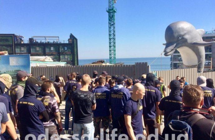 Активисты громят забор возле одесского дельфинария (ФОТО)